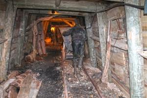 Escenificació d'un miner empenyent una vagoneta