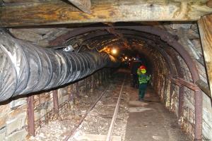 Visitants fent camí a l'interior de la mina