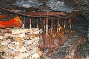 La tercera escena que veiem a l'interior de la mina: un miner posant els suports per tal d'evitar esllevissades